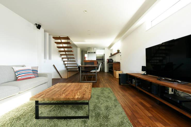 お施主様お手製の家具たち: タイコーアーキテクトが手掛けたリビングです。,