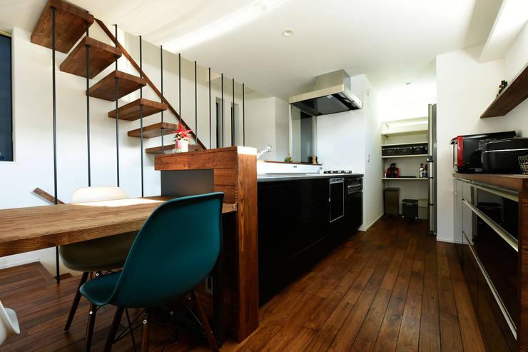 ダークトーンでまとめたキッチン: タイコーアーキテクトが手掛けたキッチンです。,