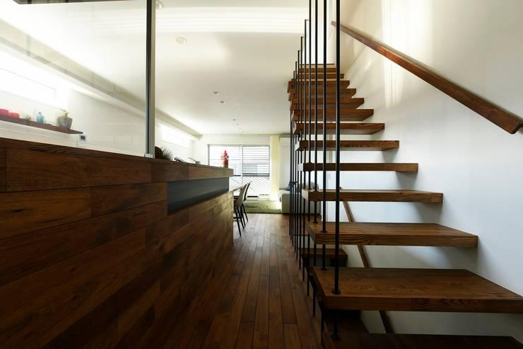 キッチンからリビング方向を見る: タイコーアーキテクトが手掛けた階段です。,