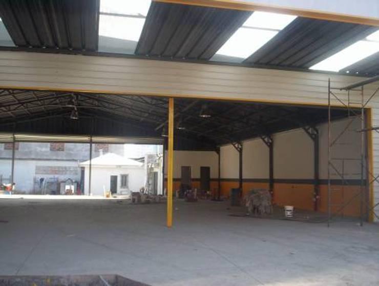 Neumáticos y llantas del Pacífico: Centros Comerciales de estilo  por Fercap Construcciones