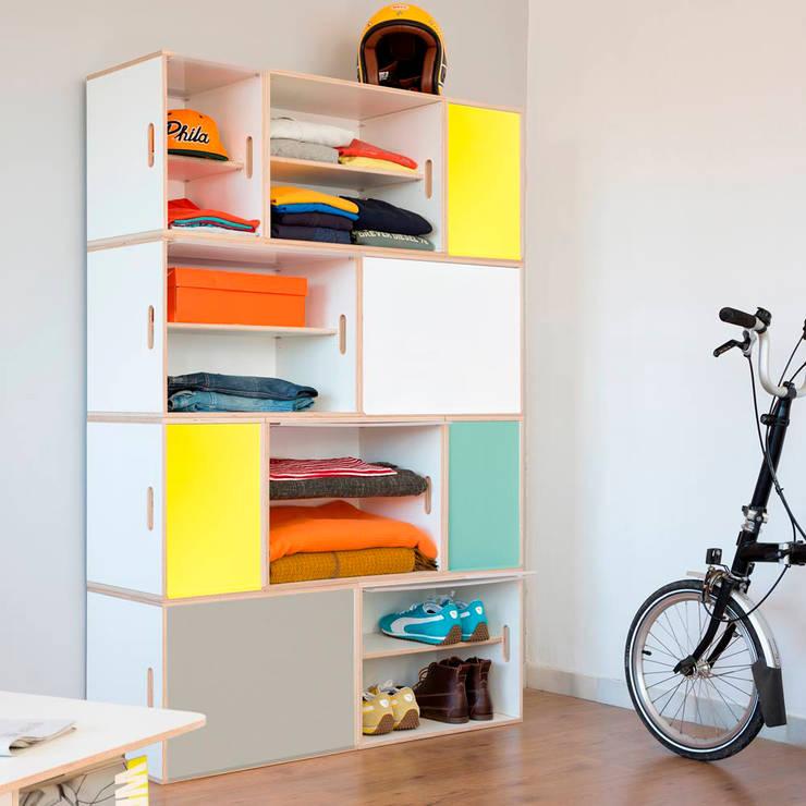 Armario modular con módulos XL y puertas de aluminio: Dormitorios de estilo  de BrickBox - Portable Shelving Modular System