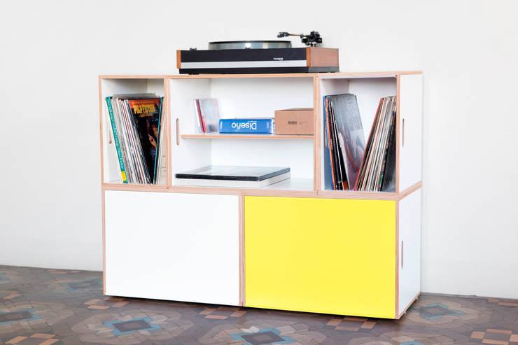 Mueble formado por BrickBox XL con puertas de aluminio en dos colores: Salones de estilo  de BrickBox - Portable Shelving Modular System