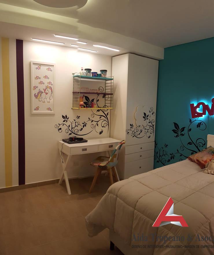 Dormitorio Nena: Dormitorios infantiles  de estilo  por Aida Tropeano & Asoc.