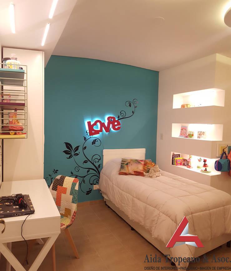 Habitación de Niña: Habitaciones para niñas de estilo  por Aida Tropeano & Asoc.