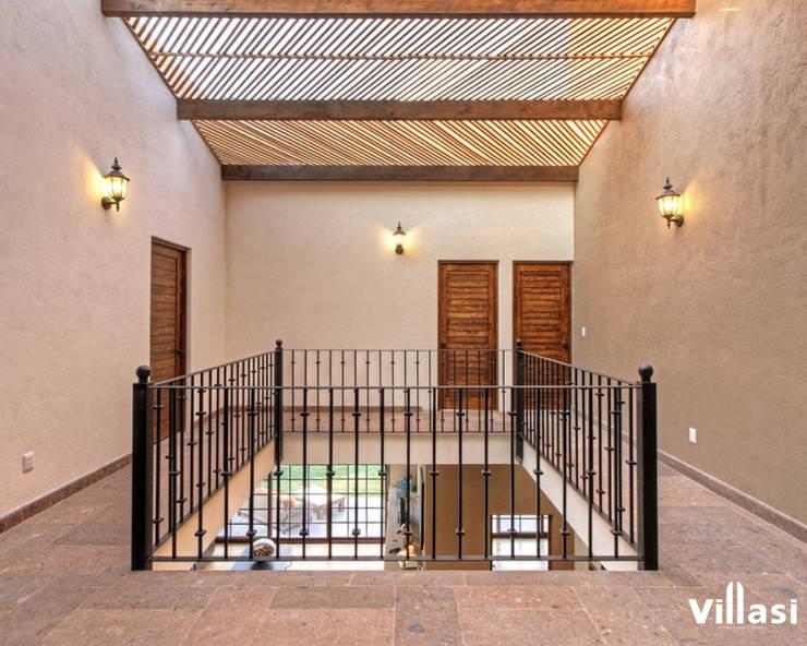 Pasillos: Pasillos y recibidores de estilo  por VillaSi Construcciones
