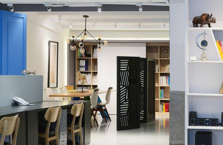伊歐設計工作室:  辦公室&店面 by 伊歐室內裝修設計有限公司