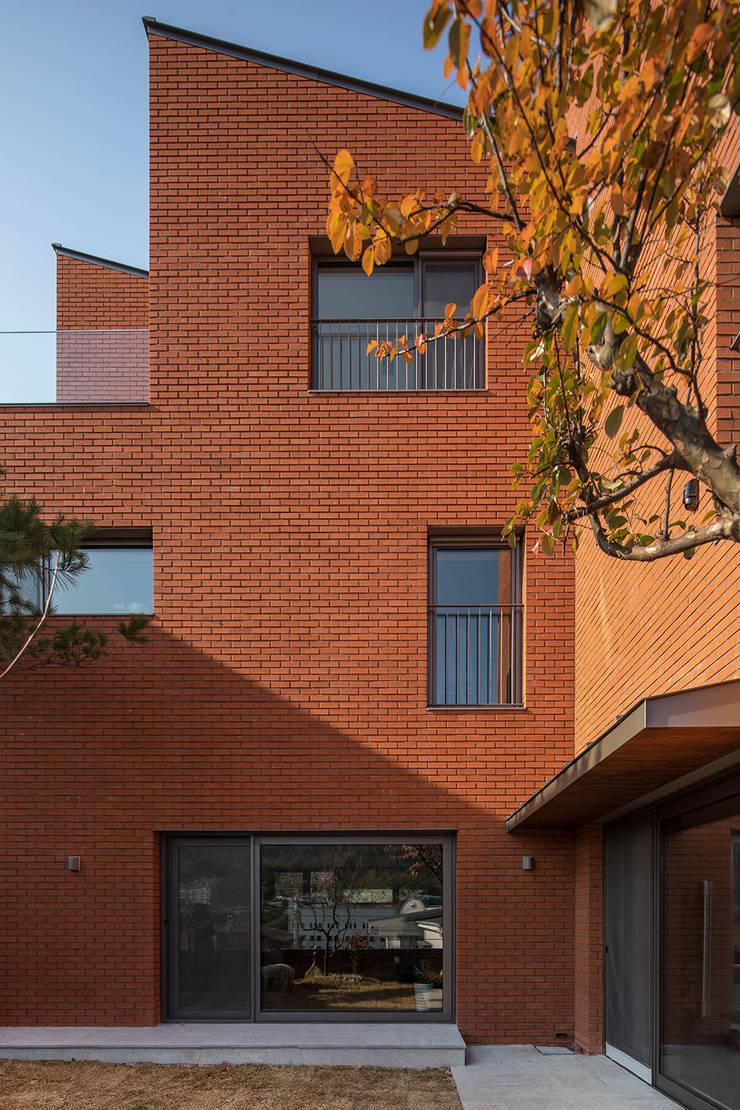 구기동 3대가 사는 집: 서가 건축사사무소의  주택