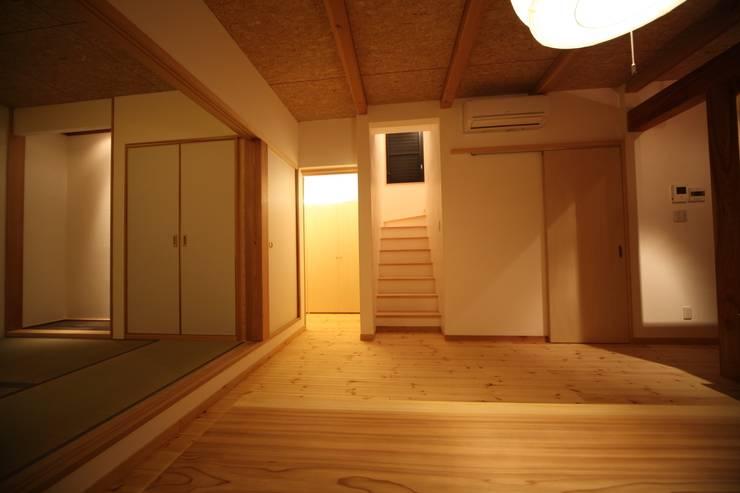 Living room by 株式会社高野設計工房, Asian