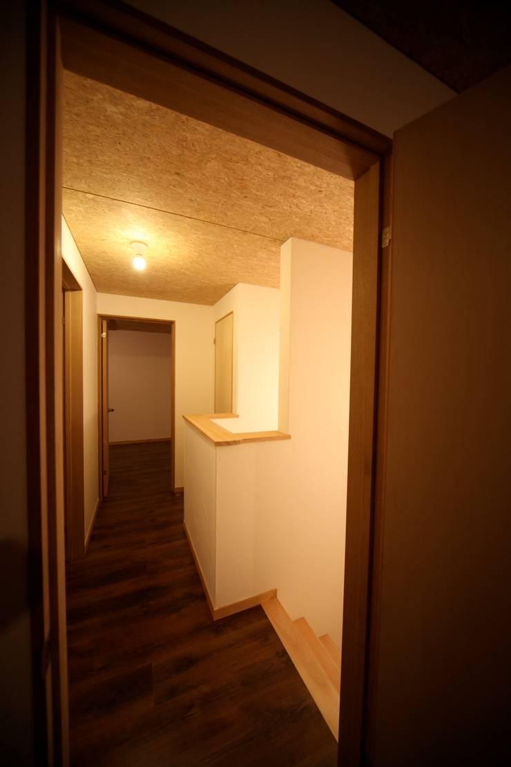 Corridor & hallway by 株式会社高野設計工房, Asian