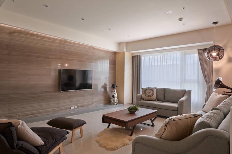 質地與紋理的表現:  客廳 by 趙玲室內設計