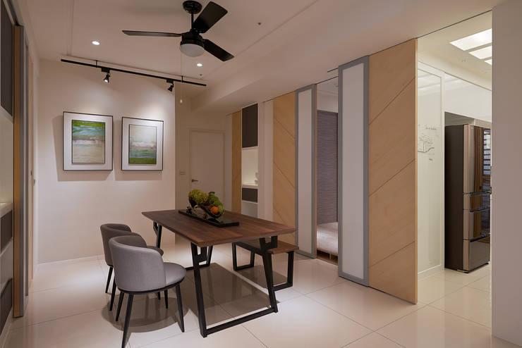 私領域隱藏門設計:  餐廳 by 趙玲室內設計