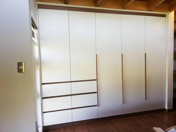 Closet Casa Molino Viejo, Llanquihue: Recámaras de estilo  por Quo Design - Diseño de muebles a medida - Puerto Montt