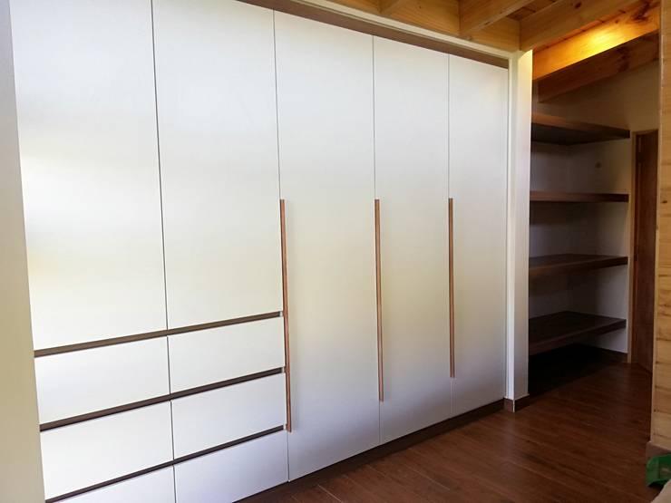 Closet Casa Molino Viejo, Llanquihue: Recámaras de estilo  por Quo Design
