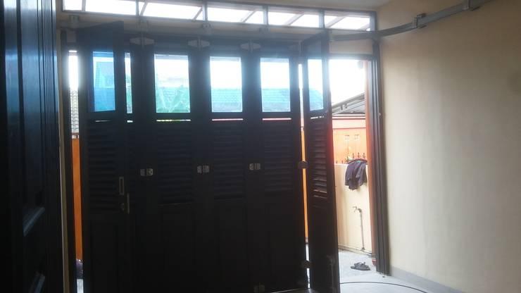 Garasi:  Pintu garasi by MODE KARYA