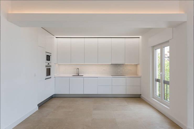 Cocinas equipadas de estilo  por Commerzn - Boutique Property Developer, Minimalista