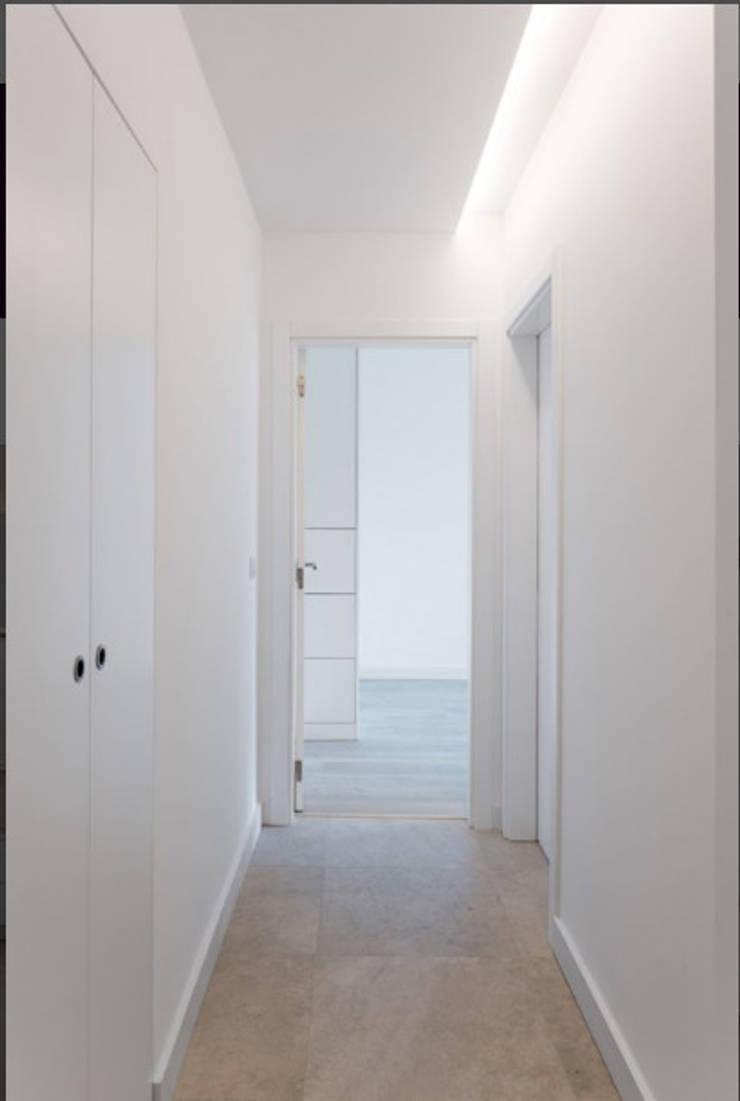 Pasillos y vestíbulos de estilo  por Commerzn - Boutique Property Developer, Minimalista