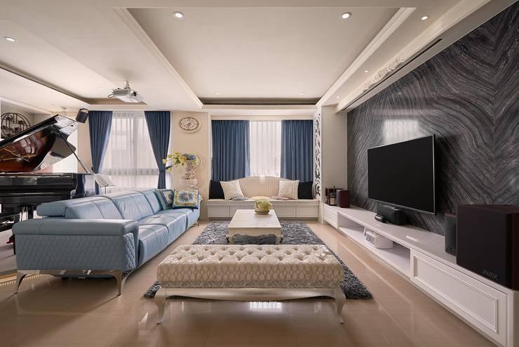 蔚藍與神秘黑:  客廳 by 趙玲室內設計