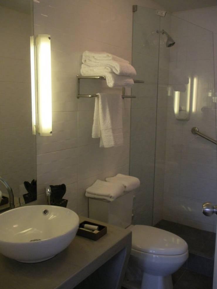 Baño hotel: Baños de estilo  por Rodrigo León Palma,