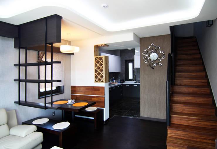 실내 좌측 1층: IDA - 아이엘아이 디자인 아틀리에의  거실,