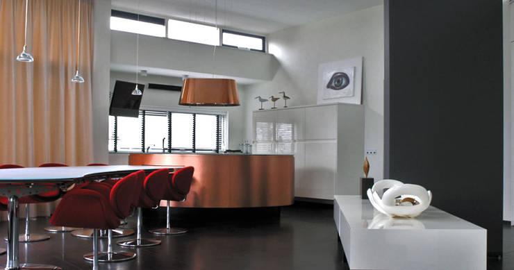 Penthouse interieur:  Eetkamer door TEKTON architekten,