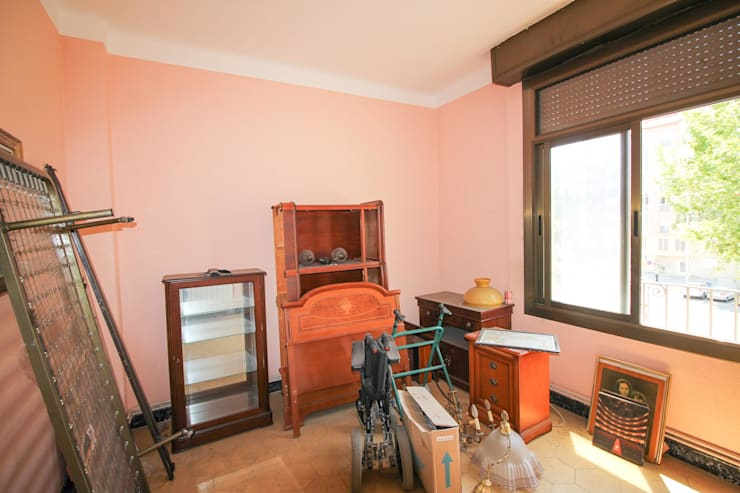 Home staging con muebles de cartón en un piso de herencia:  de estilo  de Impuls Home Staging en Barcelona, Moderno