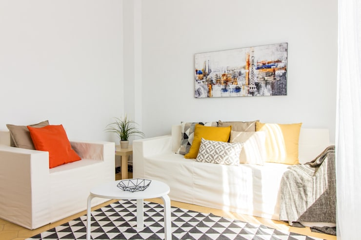 Home staging con muebles de cartón en un piso de herencia: Salones de estilo  de Impuls Home Staging en Barcelona, Moderno