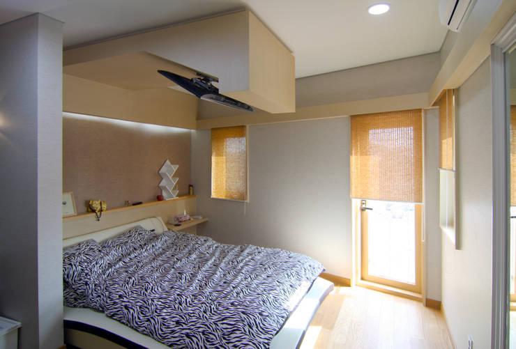 실내 우측 2층: IDA - 아이엘아이 디자인 아틀리에의  침실,