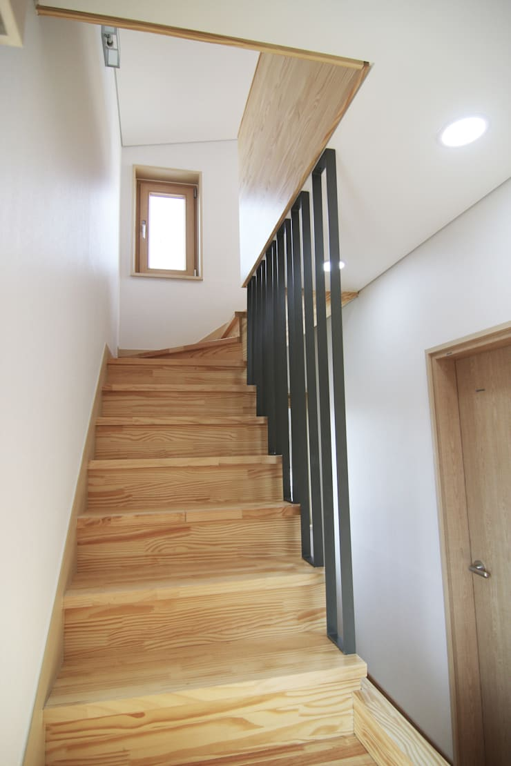 실내 우측 계단 : IDA - 아이엘아이 디자인 아틀리에의  계단,