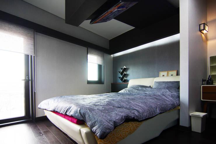 실내 좌측 2층: IDA - 아이엘아이 디자인 아틀리에의  침실,