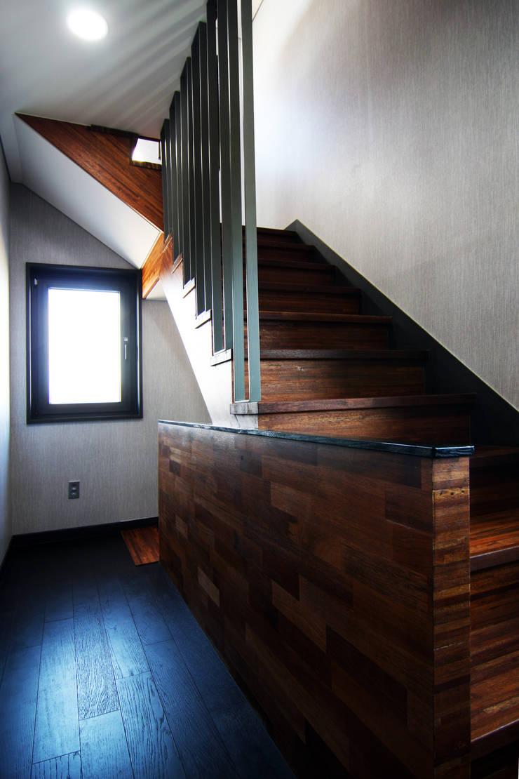실내 좌측 계단: IDA - 아이엘아이 디자인 아틀리에의  계단,