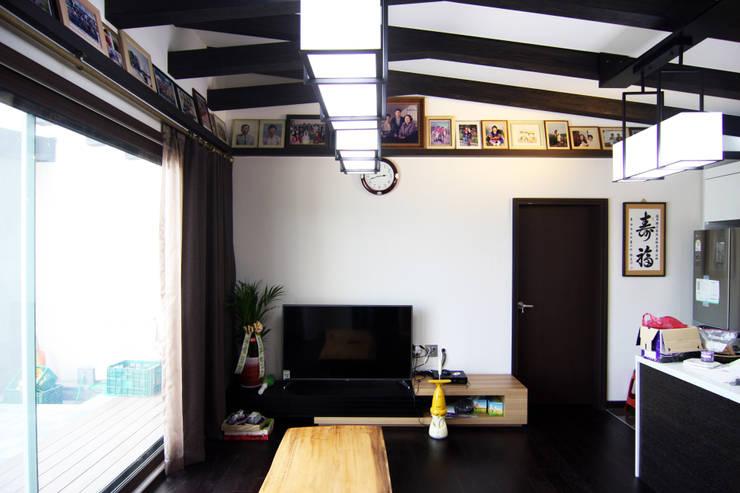 실내 중앙 홀: IDA - 아이엘아이 디자인 아틀리에의  거실,