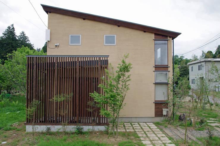 Rumah kayu oleh 環境創作室杉, Minimalis