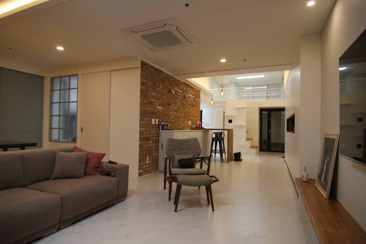 거실인테리어: 아이엘아이 디자인 아틀리에의  거실