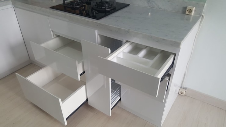 Kitchen Set - White (Apartment):  Dapur built in by Tatami design