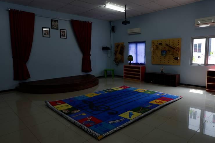 Kelas (Foyer) :  Sekolah by Tatami design
