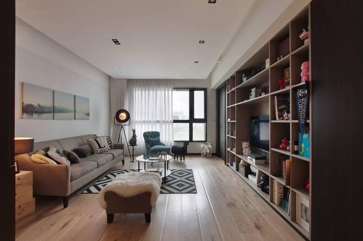 一進門看到的客廳空間,寬敞不壓迫:  客廳 by 直方設計有限公司