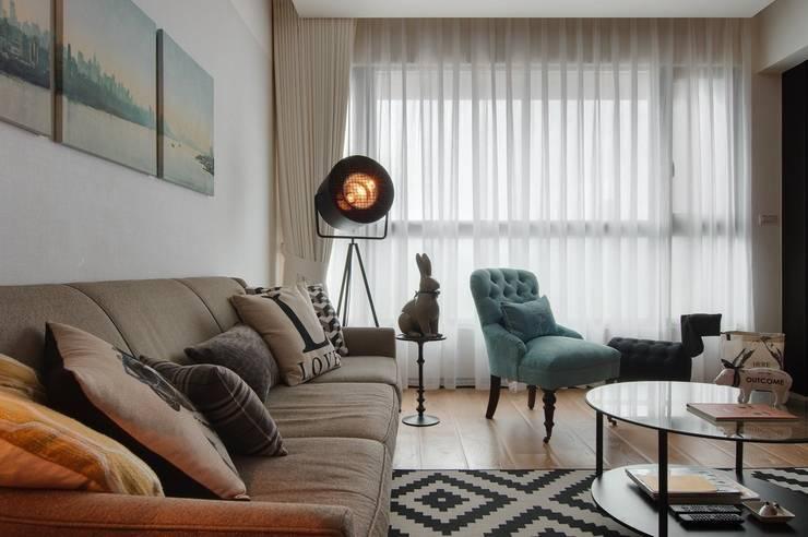 燈具與裝飾品點綴了客廳空間:  客廳 by 直方設計有限公司
