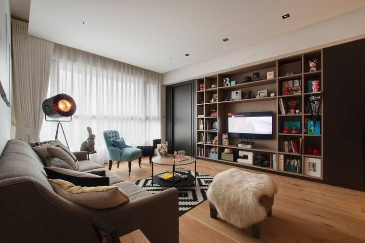 電視牆面設置大片書櫃收納:  客廳 by 直方設計有限公司