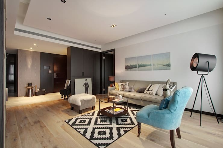 客廳與玄關用不同的地板材質劃分場域:  客廳 by 直方設計有限公司