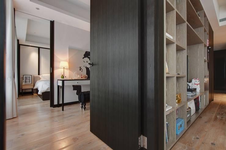 電視牆後的更衣空間:  更衣室 by 直方設計有限公司