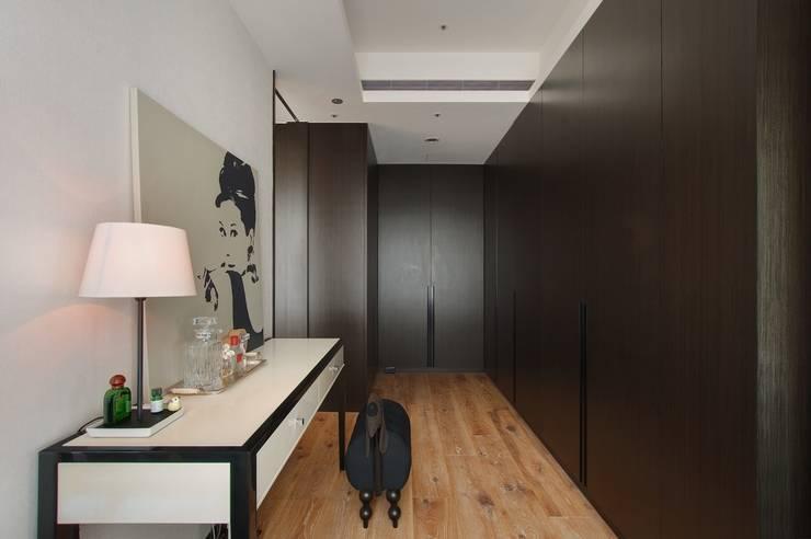 也可以當作是辦公空間:  書房/辦公室 by 直方設計有限公司
