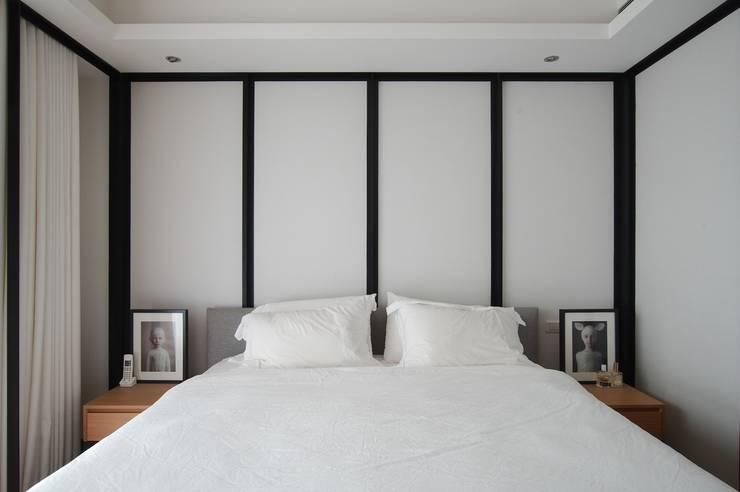 臥房也延續經典黑白風格:  臥室 by 直方設計有限公司