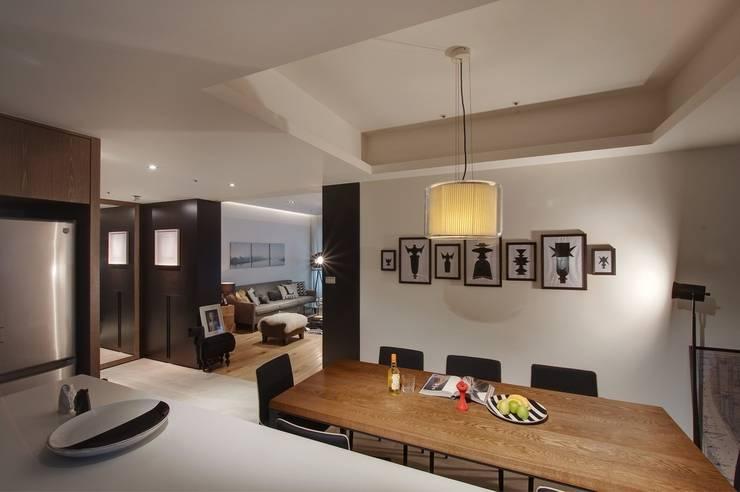 牆面掛上黑白風格的照片與整體設計呼應:  餐廳 by 直方設計有限公司