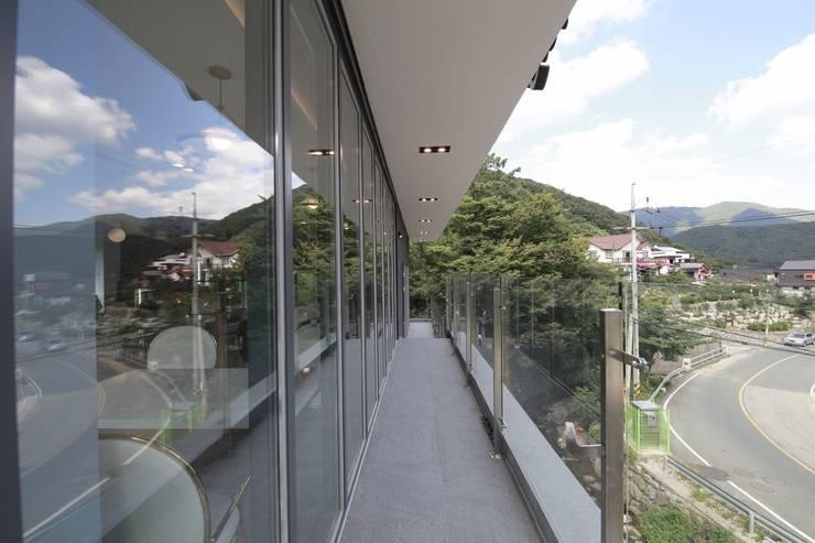랑스카페 외관: IDA - 아이엘아이 디자인 아틀리에의  사무실 공간 & 가게,
