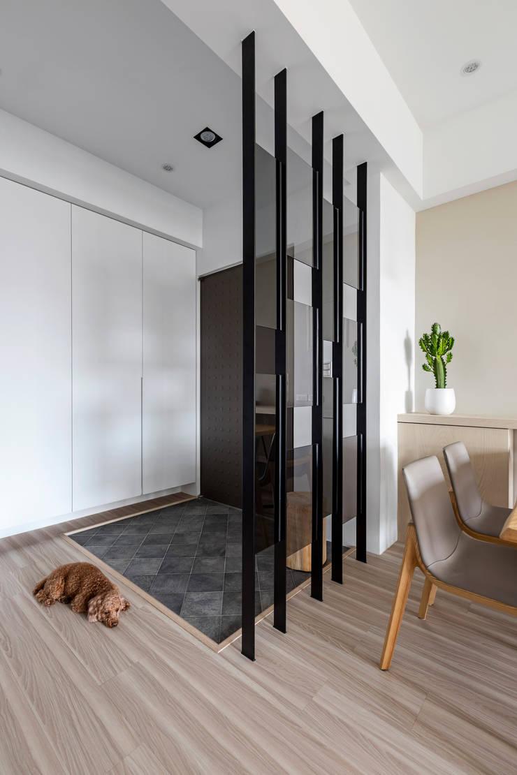 【晨染】– 廖宅:  走廊 & 玄關 by 六木設計