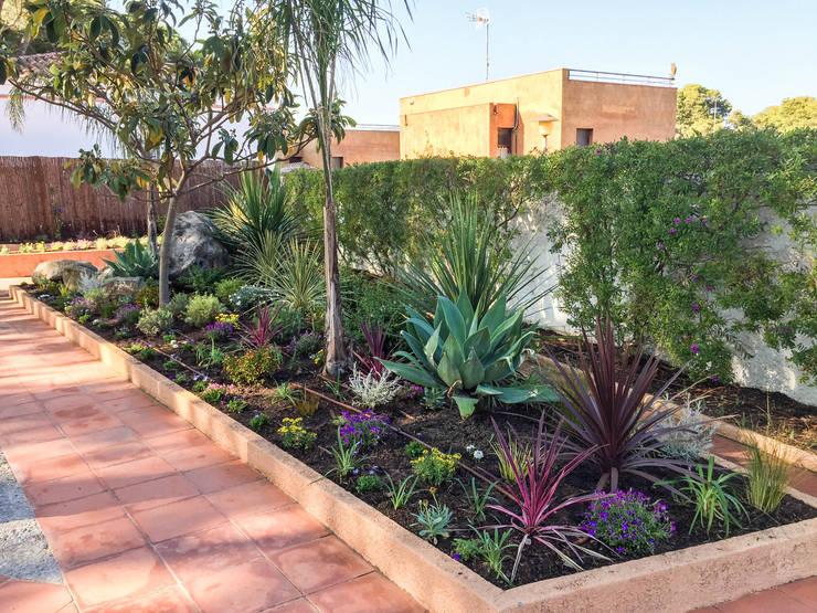 Parterre central: Jardines de estilo  de Nosaltres Toquem Fusta S.L.