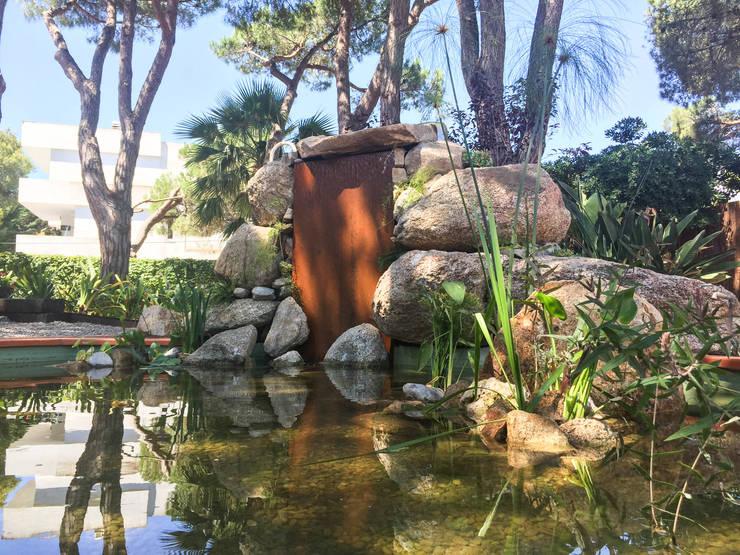 Estanque con cascada de acero corten: Jardines de estilo  de Nosaltres Toquem Fusta S.L.