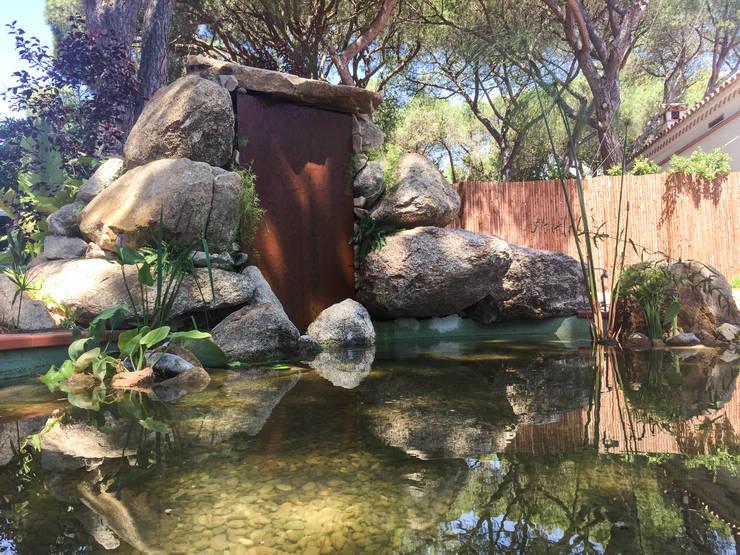 Detalle del estanque: Jardines de estilo  de Nosaltres Toquem Fusta S.L.