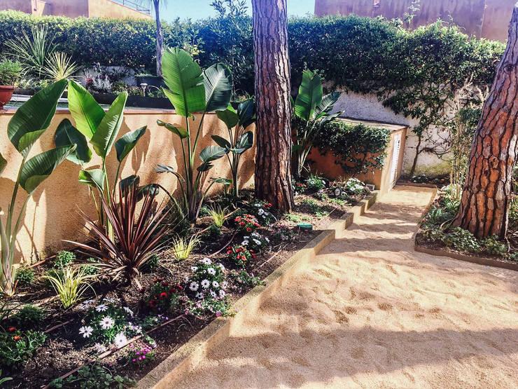 Parterre lateral piscina.: Jardines de estilo  de Nosaltres Toquem Fusta S.L.