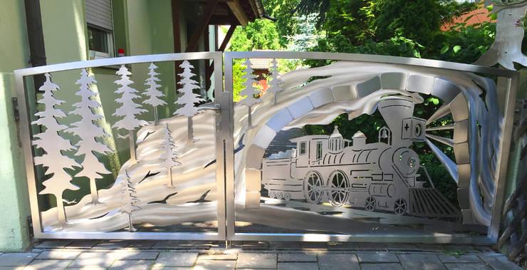 Edelstahl Berg Zugtor:  Vorgarten von Edelstahl Atelier Crouse - individuelle Gartentore